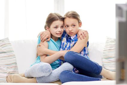 verängstigte Kinder schauen TV